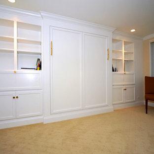 Idee per una grande camera matrimoniale chic con pareti beige, moquette, nessun camino e pavimento giallo