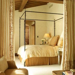 Неиссякаемый источник вдохновения для домашнего уюта: спальня в средиземноморском стиле с бежевыми стенами и ковровым покрытием