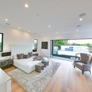 Foto de dormitorio principal, moderno, sin chimenea, con paredes blancas, suelo de madera clara y suelo beige