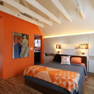 Immagine di una camera da letto design di medie dimensioni con pareti arancioni e parquet scuro