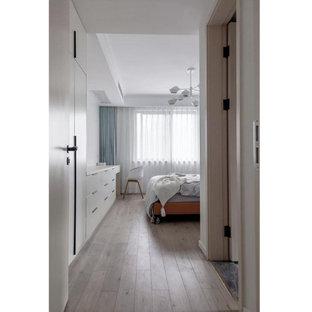 Idee per una camera matrimoniale contemporanea di medie dimensioni con pareti bianche, parquet chiaro e pavimento giallo