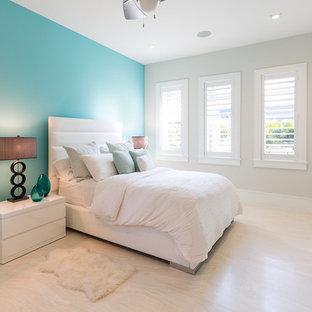 Exemple d'une grande chambre d'amis chic avec un mur gris, un sol en marbre, aucune cheminée et un sol beige.
