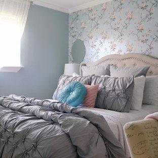 Foto de habitación de invitados papel pintado, pequeña, sin chimenea, con paredes azules, suelo de travertino, suelo beige y papel pintado