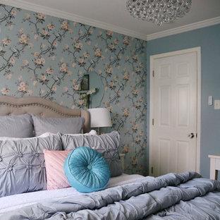 Стильный дизайн: маленькая гостевая спальня с синими стенами, полом из травертина, бежевым полом и обоями на стенах без камина - последний тренд