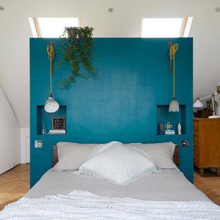 Свежая идея для дизайна: спальня в стиле фьюжн с белыми стенами, паркетным полом среднего тона и коричневым полом - отличное фото интерьера