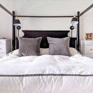 トロントの小さいインダストリアルスタイルのおしゃれな主寝室 (白い壁、黒い床) のレイアウト