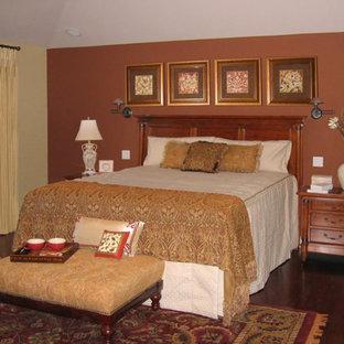 Diseño de dormitorio principal, tradicional, grande, con paredes rojas, suelo de madera oscura y suelo marrón