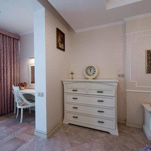 Стильный дизайн: хозяйская спальня среднего размера в классическом стиле с бежевыми стенами, светлым паркетным полом и фиолетовым полом - последний тренд