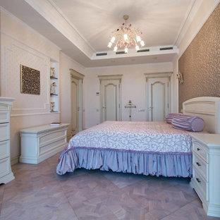 Exempel på ett mellanstort klassiskt huvudsovrum, med beige väggar, ljust trägolv och lila golv