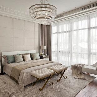 Выдающиеся фото от архитекторов и дизайнеров интерьера: хозяйская спальня в стиле современная классика с бежевыми стенами, темным паркетным полом и коричневым полом без камина
