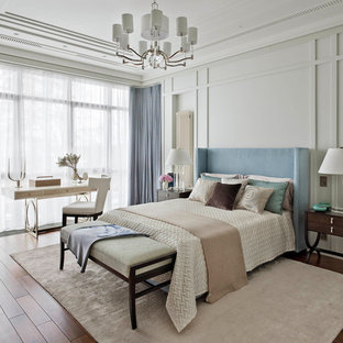 Пример оригинального дизайна интерьера: гостевая спальня в стиле современная классика с бежевыми стенами, темным паркетным полом и коричневым полом