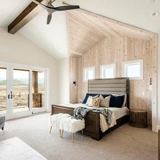 Ispirazione per una camera matrimoniale tradizionale con pareti bianche, moquette e pavimento beige