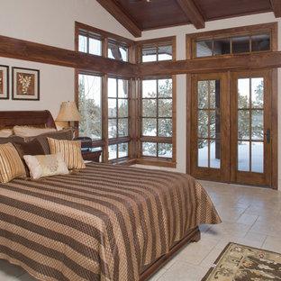 ポートランドの地中海スタイルのおしゃれな主寝室 (トラバーチンの床、コーナー設置型暖炉、漆喰の暖炉まわり)