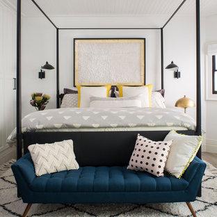 Ispirazione per un'ampia camera degli ospiti chic con pareti bianche, pavimento in legno massello medio, pavimento grigio e nessun camino