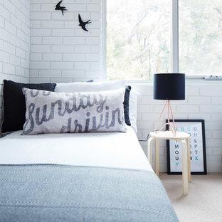 Ejemplo de habitación de invitados escandinava con paredes blancas y moqueta