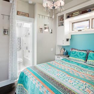 Modelo de dormitorio clásico renovado, pequeño, con paredes blancas
