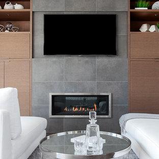 バンクーバーのコンテンポラリースタイルのおしゃれな主寝室 (白い壁、磁器タイルの床、標準型暖炉、タイルの暖炉まわり、茶色い床) のレイアウト