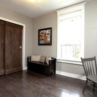 Ispirazione per una camera da letto minimal con pareti grigie e parquet scuro