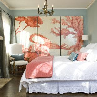 Неиссякаемый источник вдохновения для домашнего уюта: спальня в средиземноморском стиле с серыми стенами, темным паркетным полом, стандартным камином и фасадом камина из камня
