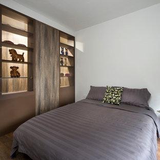 Foto de dormitorio principal, urbano, pequeño, con paredes blancas y suelo vinílico