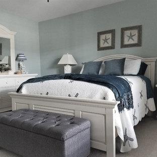 Foto de habitación de invitados marinera, de tamaño medio, sin chimenea, con paredes azules, moqueta y suelo negro