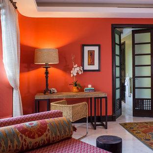 Ispirazione per una camera matrimoniale tropicale di medie dimensioni con pareti rosse e pavimento in marmo