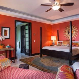 Foto di una camera matrimoniale tropicale di medie dimensioni con pareti rosse e pavimento in marmo