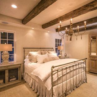 Modelo de dormitorio principal, de estilo de casa de campo, de tamaño medio, con suelo de madera clara