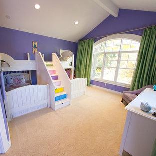 Diseño de dormitorio tipo loft, moderno, de tamaño medio, con paredes púrpuras y moqueta