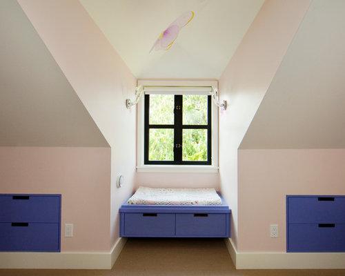 Chambre mansard e ou avec mezzanine avec un mur rose for Taille moyenne chambre