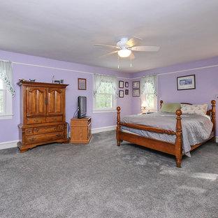 Стильный дизайн: большая хозяйская спальня с фиолетовыми стенами, ковровым покрытием и серым полом без камина - последний тренд