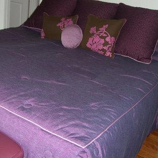 Diseño de dormitorio principal, actual, pequeño, sin chimenea, con paredes verdes y suelo de madera en tonos medios