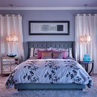 Idéer för funkis sovrum, med lila väggar, heltäckningsmatta och lila golv