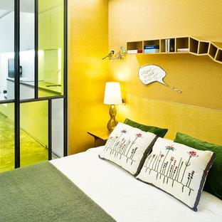 Ejemplo de dormitorio urbano con paredes amarillas