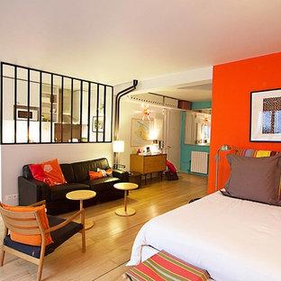 Idee per una camera matrimoniale design di medie dimensioni con pavimento in legno massello medio, pareti rosse e nessun camino