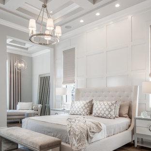 マイアミのトランジショナルスタイルのおしゃれな寝室 (白い壁、無垢フローリング、茶色い床)