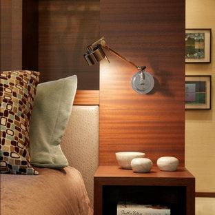 Foto på ett rustikt sovrum, med beige väggar