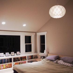 シアトルの広いコンテンポラリースタイルのおしゃれな主寝室 (白い壁、カーペット敷き、暖炉なし)