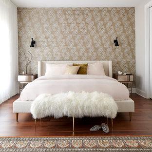 フィラデルフィアの大きいコンテンポラリースタイルのおしゃれな主寝室 (ベージュの壁、暖炉なし、茶色い床、濃色無垢フローリング) のレイアウト