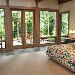 シアトルの中くらいのトラディショナルスタイルのおしゃれな主寝室 (ベージュの壁、セラミックタイルの床、グレーの床)