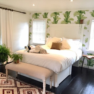 Imagen de habitación de invitados tropical, grande, con paredes multicolor, suelo de madera pintada y suelo negro