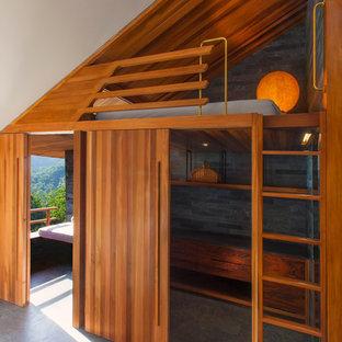 Ejemplo de dormitorio actual, pequeño, sin chimenea, con paredes blancas