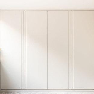 Modelo de habitación de invitados moderna, de tamaño medio, con paredes grises, moqueta y suelo gris