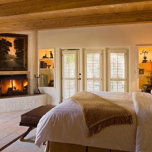 Idee per una camera da letto tradizionale con camino ad angolo e pareti bianche