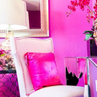 Modelo de habitación de invitados ecléctica, de tamaño medio, sin chimenea, con paredes rosas y moqueta