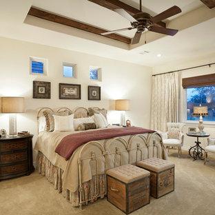 Неиссякаемый источник вдохновения для домашнего уюта: спальня в классическом стиле с бежевыми стенами и ковровым покрытием
