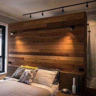 Großes Modernes Hauptschlafzimmer mit grauer Wandfarbe, Teppichboden, Kamin, verputzter Kaminumrandung und grünem Boden in Melbourne