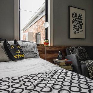 Modelo de dormitorio minimalista, sin chimenea, con paredes grises, moqueta y suelo verde
