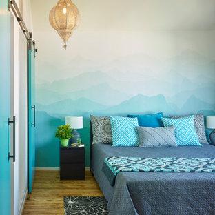 Modernes Schlafzimmer ohne Kamin mit bunten Wänden, braunem Holzboden und gewölbter Decke in San Francisco