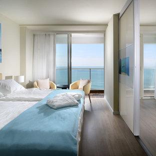 Mittelgroßes Modernes Gästezimmer ohne Kamin mit beiger Wandfarbe und Sperrholzboden in Tel Aviv